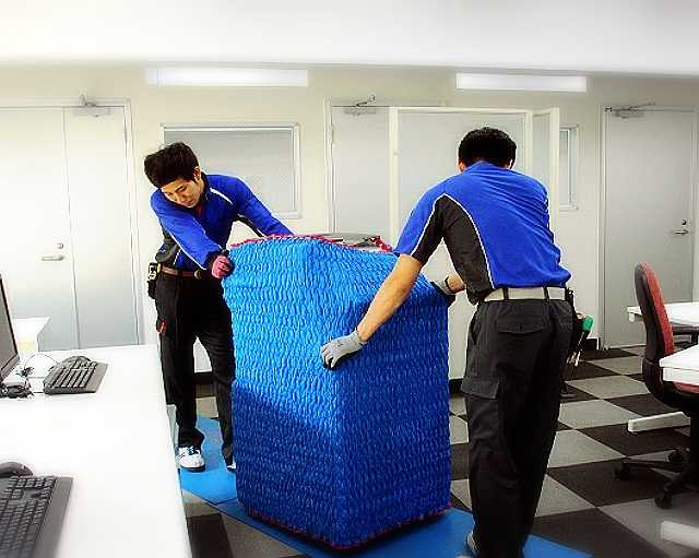助手スタッフと共に納品作業を行います。
