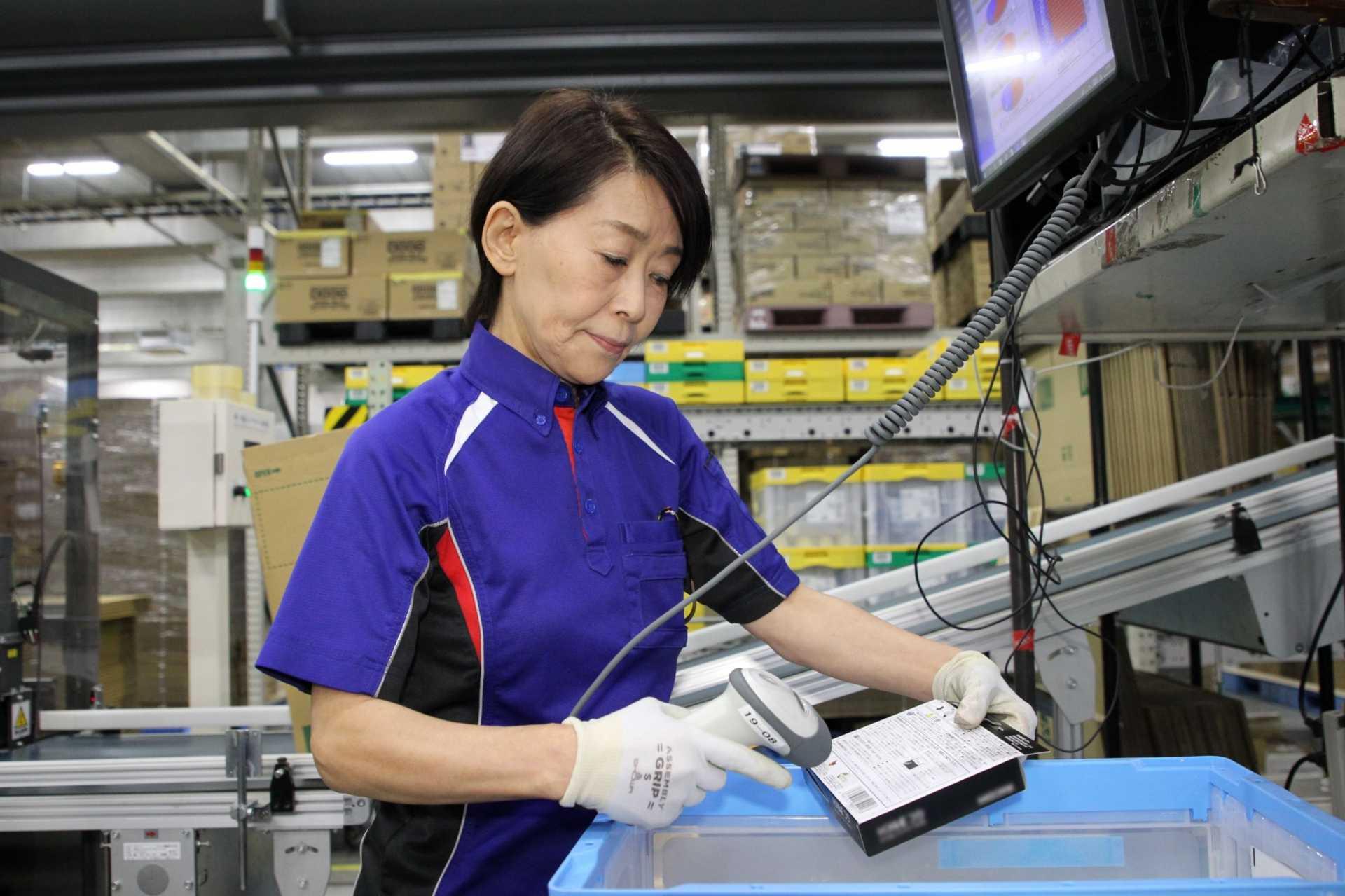 倉庫内でのピッキングや検品・梱包、仕分けなどの作業を行います。